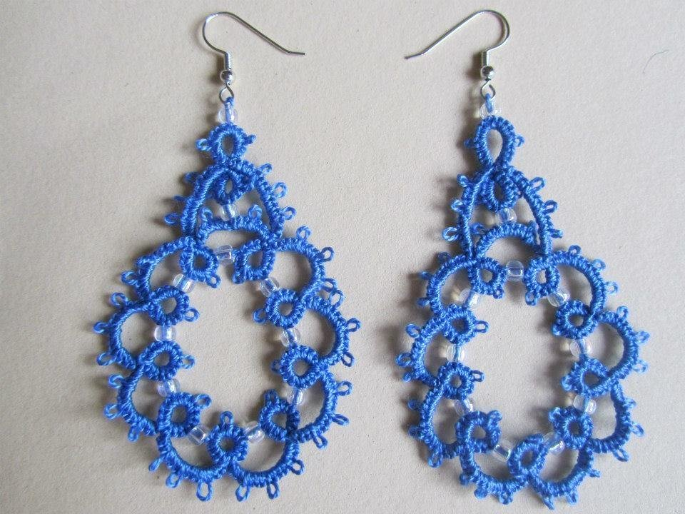 Orecchini pendenti azzurri con perline trasparenti fatti a mano a chiacchierino