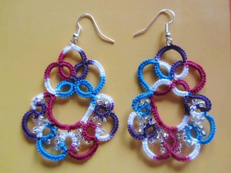 Orecchini pendenti multicolori con perline trasparenti fatti a mano a chiacchierino