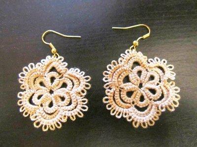 Orecchini pendenti beige e monachella oro fatti a mano a chiacchierino