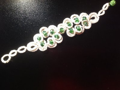 Bracciale bianco con luminosissimi cristalli verde smeraldo