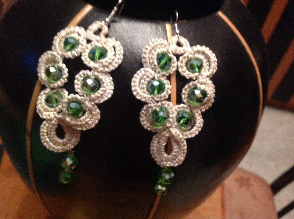 Orecchini bianco -perla con pietre verde smeraldo