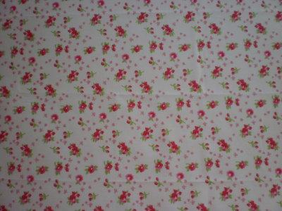 Stoffa con fiori rossi e rosa su fondo bianco