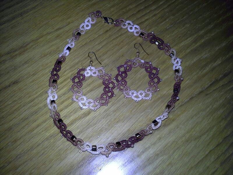 Parure con girocollo e orecchini coordinati in cotone marrone beige sfumato e perle oro, fatti a chiacchierino