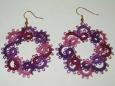 Orecchini pendenti rosa, viola e bordeaux con monachella oro, fatti a mano a chiacchierino