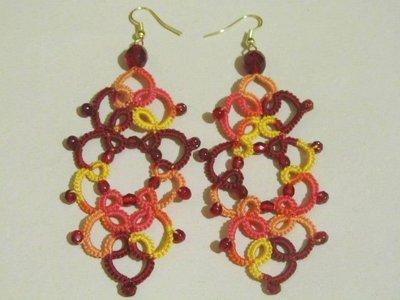 Orecchini pendenti multicolor giallo, arancione, rosso con perle mezzi cristalli rossi, fatti a chiacchierino