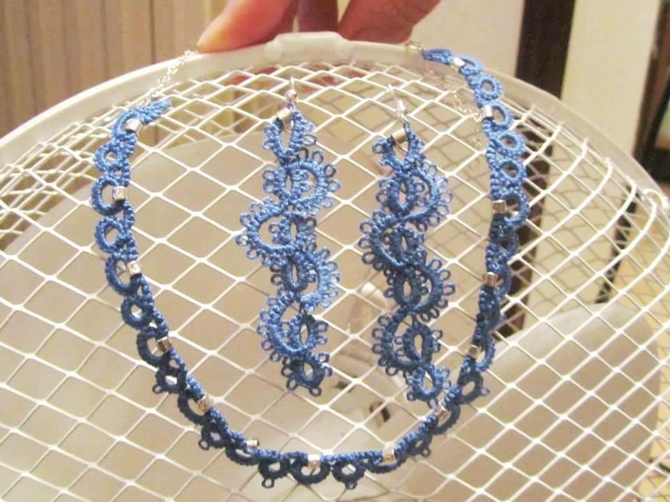 Parure con girocollo e orecchini coordinati in cotone azzurro e perline argento, fatti a chiacchierino