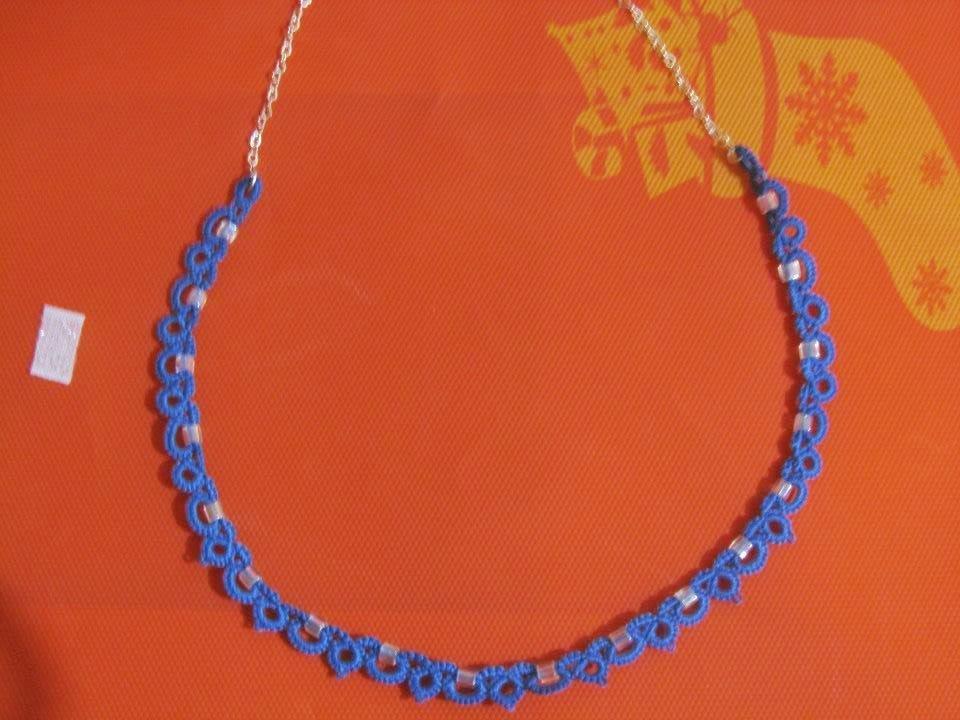 Collana girocollo in cotone azzurro con perline trasparenti, fatta a chiacchierino