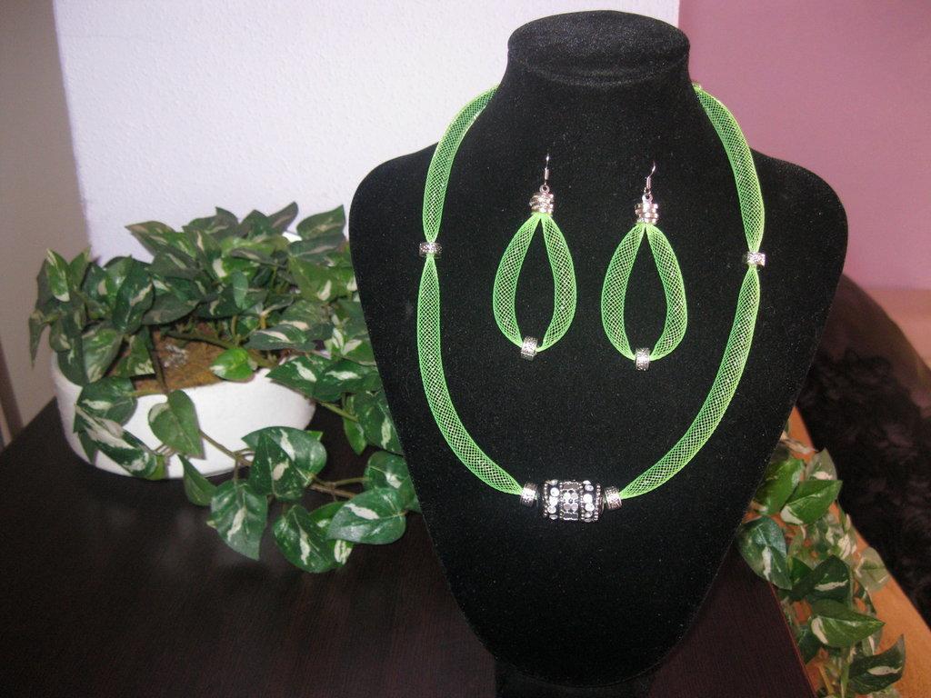 Girocollo  con tubolare rete e conteria in verde