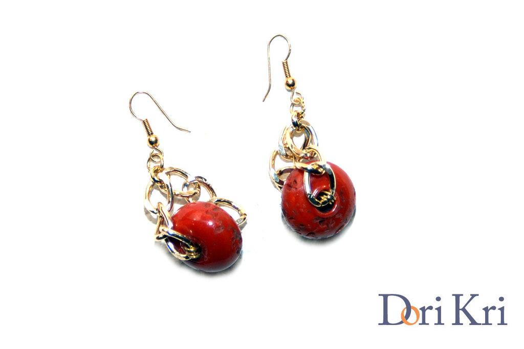 Orecchini a catena dorati con un corallo rosso