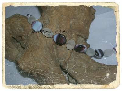 Bracciale in perle di vetro viola e opaco bianco