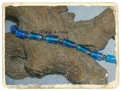 Bracciale in perle di vetro azzurro e perline in metallo.