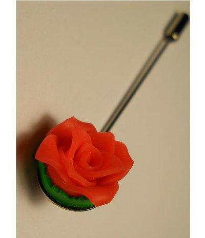 Spilla lavorata con rosa di fimo e base argentata.