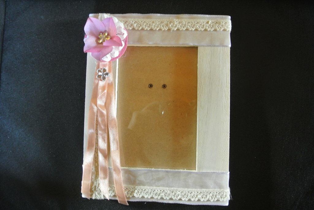 Portafoto di legno decorato con pizzi e nastri