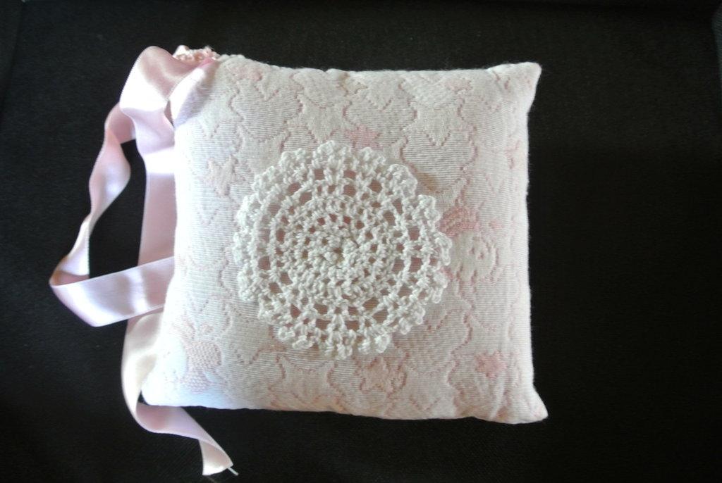 cuscino imbottito di stoffa e nastro in raso