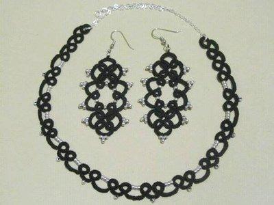 Parure con girocollo e orecchini coordinati in cotone nero e perline argento, fatti a chiacchierino