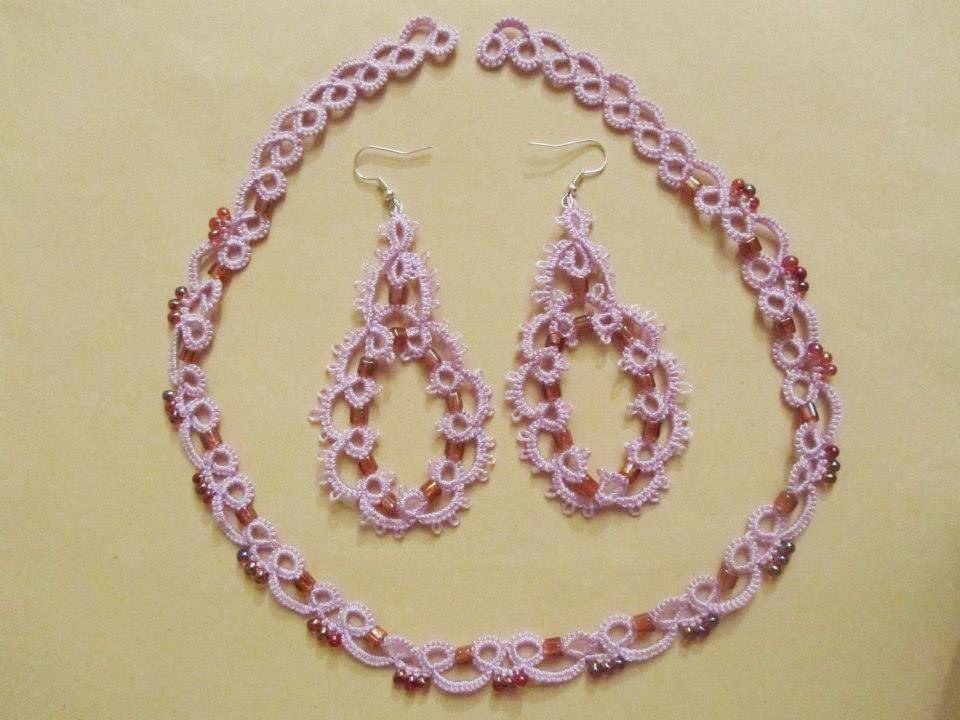 Parure con girocollo e orecchini coordinati in cotone lilla e perline rosa sfumate, fatti a chiacchierino