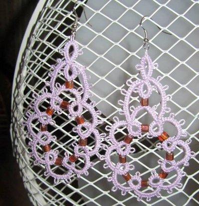 Orecchini pendenti cotone lilla con perline rosa sfumate, fatti a mano a chiacchierino