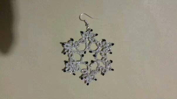 Orecchini pendenti in cotone argento con perline nere, fatti a chiacchierino