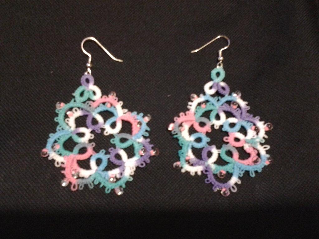 Orecchini pendenti multicolore sfumato nel rosa, viola, bianco, verde ed azzurro, con perline,  fatti a mano a chiacchierino