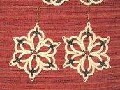 Orecchini pendenti cotone beige con perline colorate, fatti a mano a chiacchierino