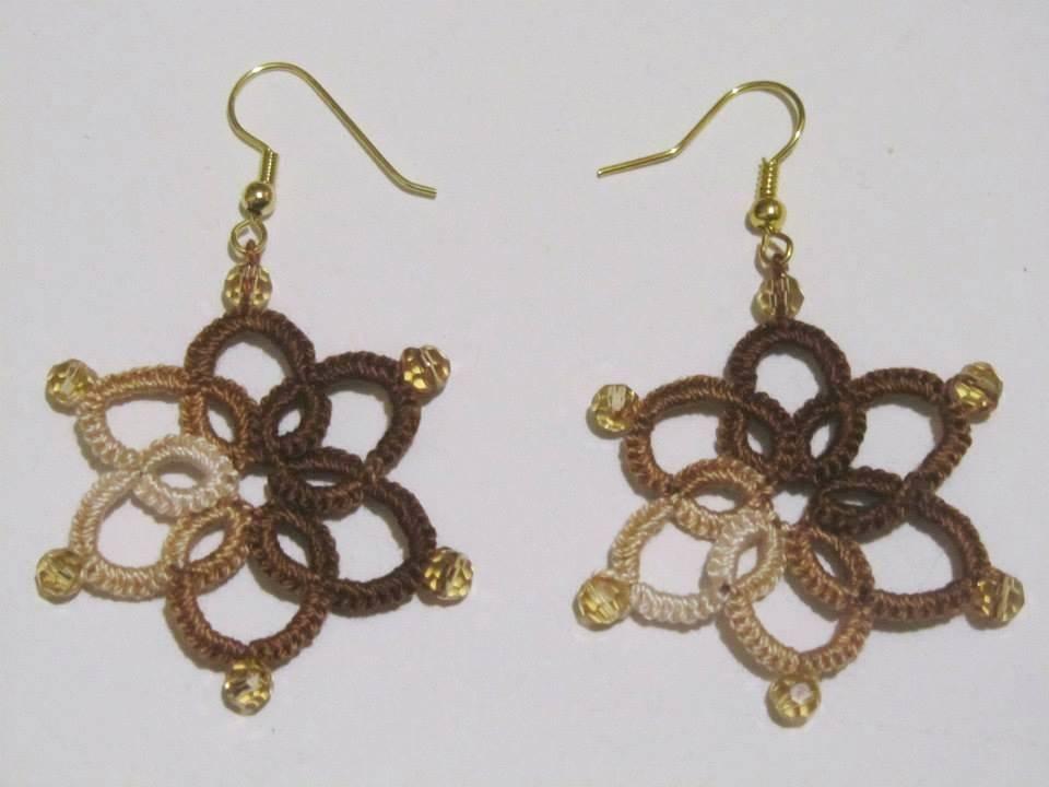 Orecchini  in cotone sfumato in marrone, beige e bianco con perline in tinta, fatti a chiacchierino