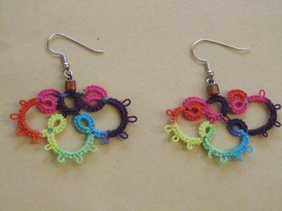 Orecchini pendenti multicolori con perla rosa fatti a mano a chiacchierino
