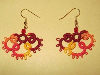 Orecchini pendenti multicolori sfumato nel bordeaux, giallo, arancione e rosso, con perla rosa, fatti a mano a chiacchierino