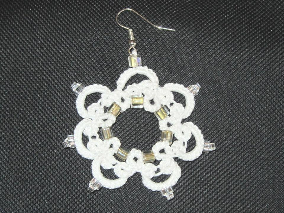 Orecchini pendenti  in cotone bianco con perline, fatti a chiacchierino