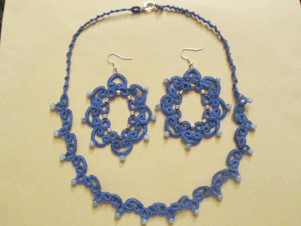 Parure con girocollo e orecchini coordinati in cotone azzurro e perline azzurre e argento, fatti a chiacchierino