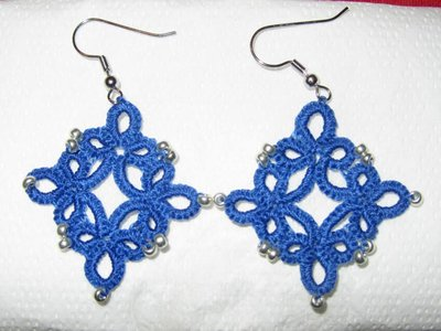 Orecchini pendenti in cotone azzurro con perline argento, fatti a chiacchierino