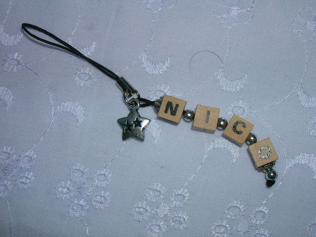 """strap-phone con lettere dadi legno """"NICO"""""""