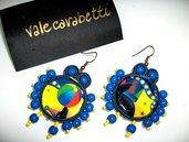 orecchini pendenti con perline azzurre, gialle e immagini, fatti a mano.