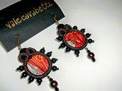 orecchini pendenti con perline nere e bronzo, fatti a mano.