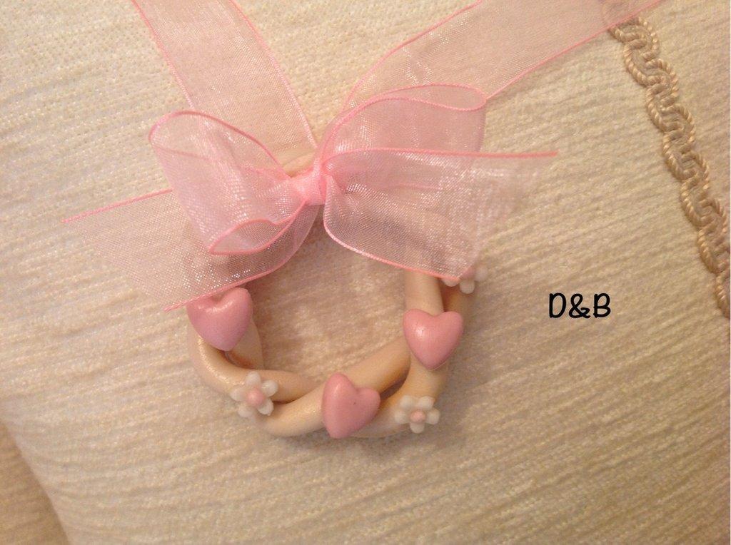 Ghirlandina  color avorio con cuoricini rosa e piccoli fiori bianchi , fatta a mano con pasta di mais.