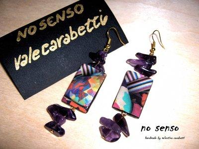 orecchini pendenti con pietre viola e immagine astratta, fatti a mano.