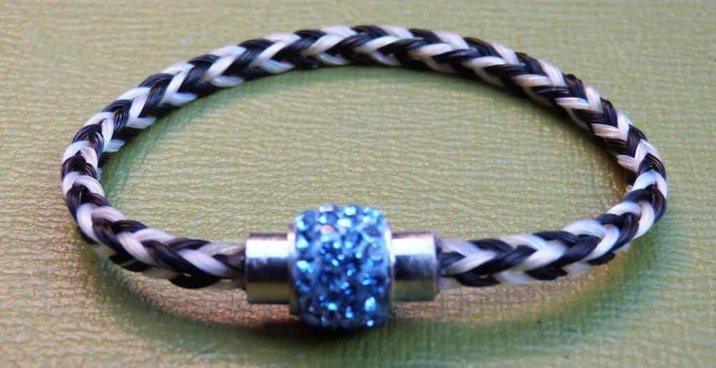 Braccialetto bicolore con chiusura magnetica tipo Swarovski azzurra cm 19