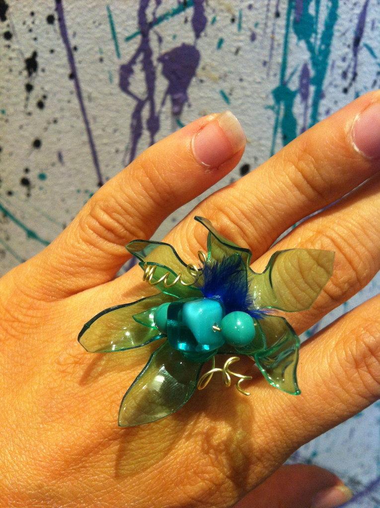 Anello fiore verde con piume