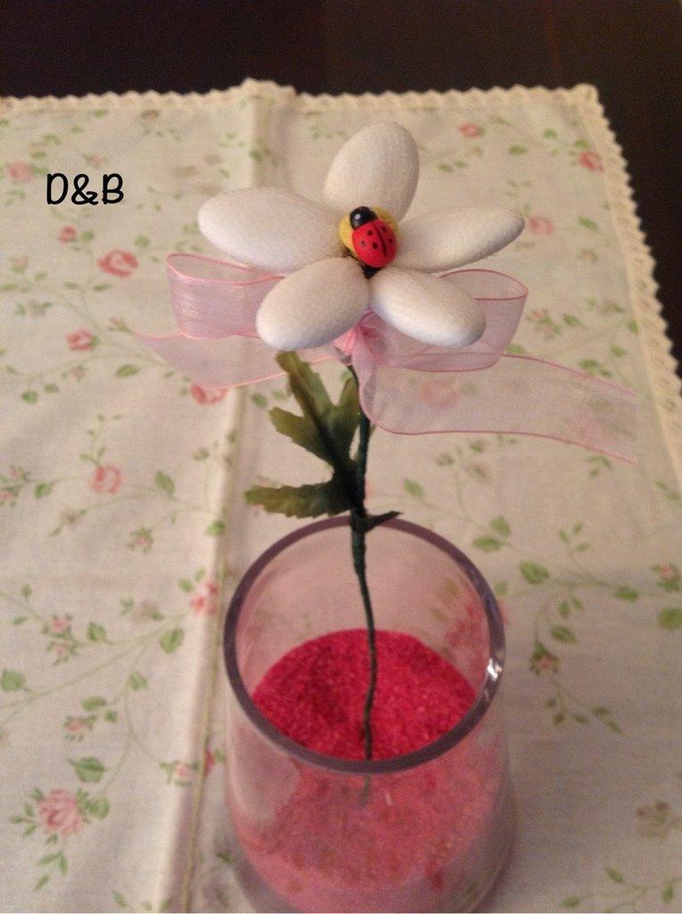 Margherita con confetti rivestiti di tulle bianco ,fatta a mano