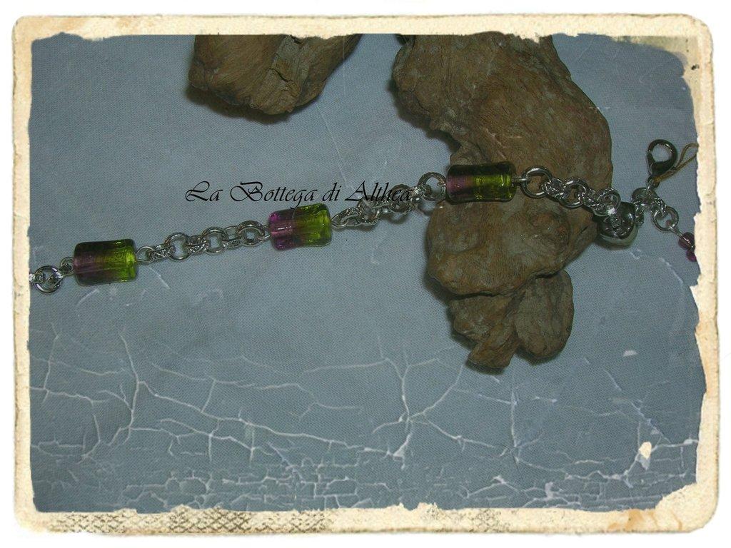 bracciale con particolari perle in vetro di color verde e viola