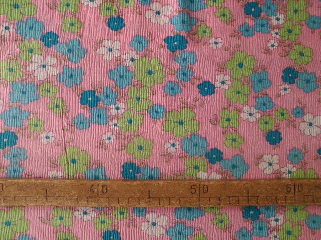 Taglio scampolo stoffa fiori pastello su crespo rosa vintage anni 70