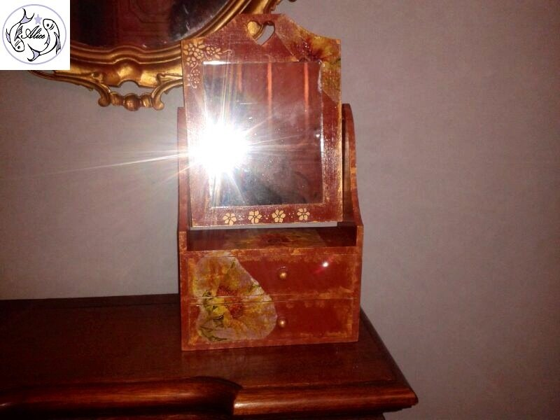 Specchio girevole da tavolo con due cassetti