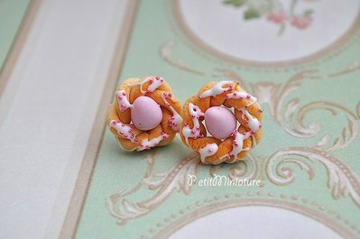 Orecchini ciambella fimo, dolce di pasqua,corona con uova,confetti colotati,dolce tipico italiano,con glassa e pallini zuccherati.
