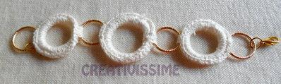 Braccialetto con cerchi rivestiti all'uncinetto fatto a mano bianco