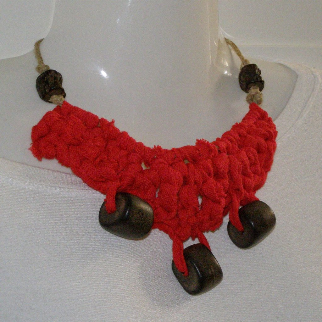 collana in corda, fettuccia e perle di legno