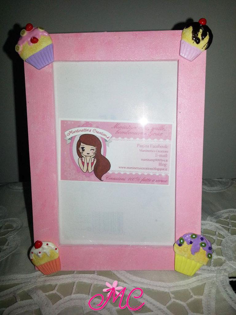 Cornice rosa in legno con cupcake colorati in fimo