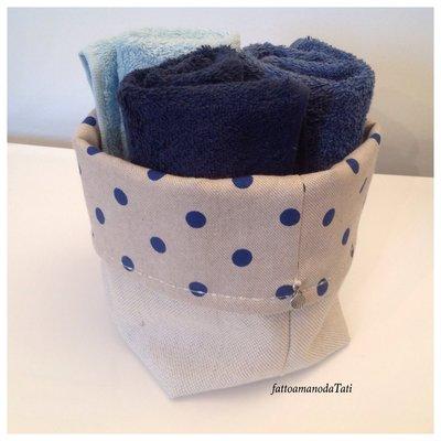 Cestino in cotone a pois blu con tre lavette blu/azzurre