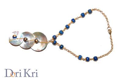 Collana dorata con tre conchiglie di madreperla e perline azzurre / blu