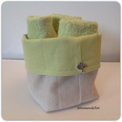 Cestino in cotone verde acido con tre lavette in tinta
