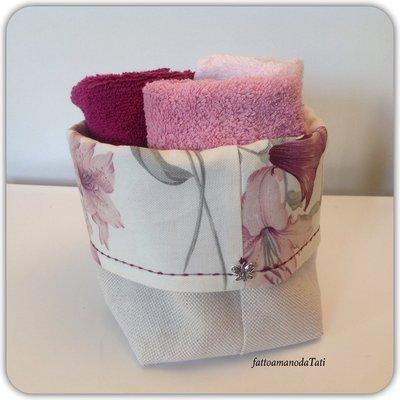 Cestino in cotone a fiori rosa /bordò con tre lavette in tinta