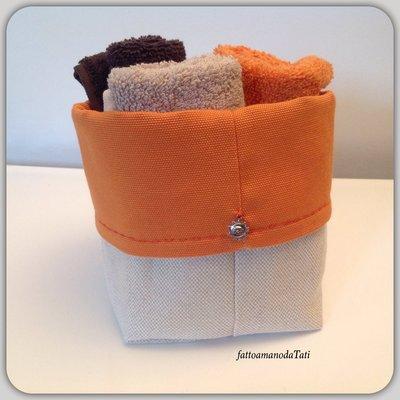 Cestino in cotone arancione con tre lavette